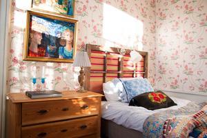 Sänggaveln är byggd av en fönsterbåge från den gamla nedlagda sågen.