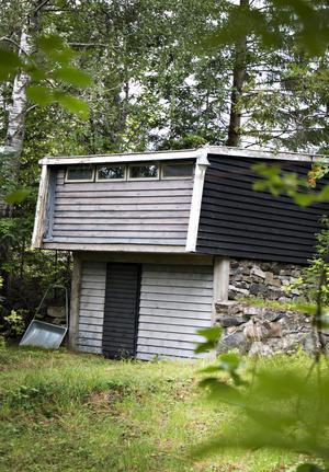 Garaget är byggt i suterräng och nere finns oljepannan som är ansluten till huset med underjordiska ledningar.