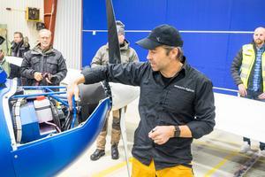 Tom Zidek i Lillhärdal representerar flygplanets tillverkare, och har själv ett stort intresse av eldrivna fordon. Hemma har han ett projekt som går ut på att bygga ihop en Tesla med en Volvo Amazon.