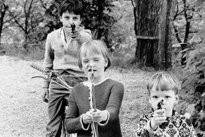 Lekande barn på Orionkullen.  Foto: Berth Ahlborg