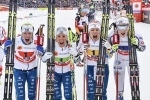 Sveriges silverlag i damernas stafett: Sofia Bleckur, Charlotte Kalla, Maria Rydqvist och Stina Nilsson. Foto: Anders Wiklund/TT