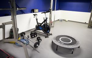 Ett tungt jobb kräver starka kroppar. Ett gym finns till personalens förfogande.