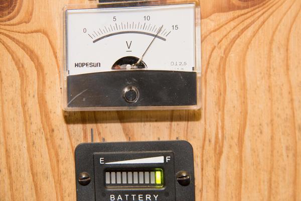 Bara några få timmars solljus har nått systemen denna februaridag – men batterierna är fulladdade, visar mätarna.