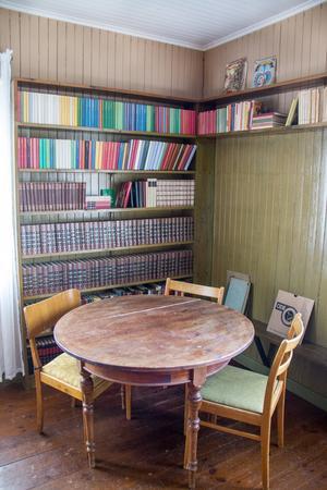 På övervåningen finns förutom läktaren också ett litet bibliotek med platsbyggda bokhyllor.