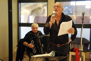 I det sånghäfte som tagits fram för tillfället fanns det flera örhängen som lockade många att sjunga med Hasse Ström och Alf Bergkvist.