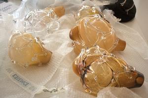 Frida Lundén Mörck har gjutit verk i glasformar vilket ger dem en särskild organisk form.