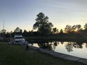 Solnedgång över Göta Kanal och Borensbergs gästhamn. 24 Juli och den dagen var det varmt, så denna sena kväll när solen gick ner, var varm och skön. Foto: Peter Albihn.