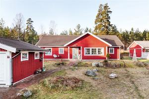 Enplansvilla i Björklunden, fem kilometer från Falu stadskärna. Lättskött trädgård med fruktträd och isolerat dubbelgarage. Foto: Kristofer Skog.