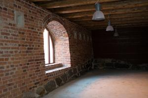 Ett av rummen som vetter mot gatan. Här har Sundsvalls kommun varsamt renoverat fönster och tegelväggar.