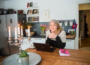 Vid köksön sitter Ann-Helen ofta och arbetar.