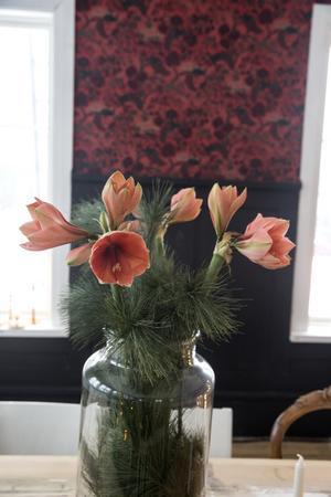 Florist som Stina är så tar sig julen uttryck i blommorna.