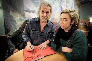 Många stod på kö för att få en bok eller skiva signerad. Maria Selqvist fick en pratstund också.