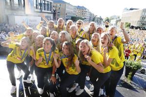 Spelarna visar upp sina medaljer på scen under firandet av landslagets bronshjältar på Götaplatsen i Göteborg. På bilden syns dalaspelarna Julia Roddar (mitten) och Lina Hurtig (i bakre ledet med solglasögon).