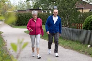 Elisabeth Norlin Mellgren var bara 57 år när hon drabbades av stroke. I dag mår hon relativt bra och är noga med att äta sunt och motionera, här tillsammans med maken Christer Mellgren.