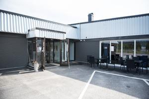 Caféet ligger i samma hus som Stegbo Möbler, Eldabutiken och Elon, och har servering både inomhus och utomhus.