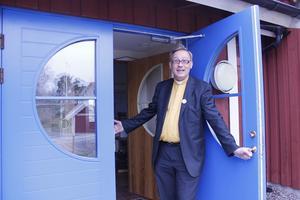 Anders Elvin hälsar välkommen till Rosenlundskyrkan i Bergshamra, där pastorsexpeditionen för Länna, Blidö och Riala pastorat nu huserar.