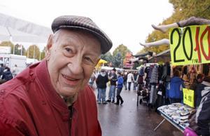 TROGEN BESÖKARE.  Kurt Levin, 81, från Tierp är en trogen besökare på Tierps marknad. I våras kunde han inte gå dit för han var sjuk - men annars missar han inte vimlet på torget.