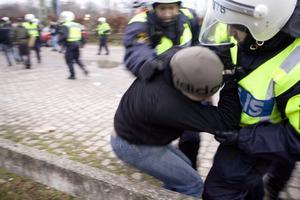 """Poliser gör också fel ibland. Många av polisens """"gäster"""" förringar gärna sin egen del genom att anklaga gripande polis för felaktigheter, skriver Roy Cederbäck.foto: scanpix"""