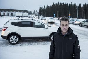 Lars Esbjörnsson arbetar för DB Schenker som dagligen skickar omkring 100 lastbilar genom området. Hans syn på trafiksituationen i Lillänge är glasklar.