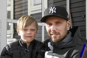 Johan Jansson Hydling och Ljusdals BK stöttar Röda Korset i deras arbete med att hjälpa brandmännen med förnödenheter. Här med sonen Alton.