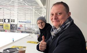 Hammarbys skadade mittfältare Adam Gilljam och Weeping Willows-sångaren Magnus Carlson gjorde varandra sällskap på Helsingehus Arenas pressläktare.