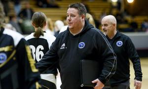 Tränare Anders Granlund och sportchef Fredrik Norén hade all anledning att vara nöjda när motståndarlaget avtackades efter matchen. Foto: Stefan Lindgren