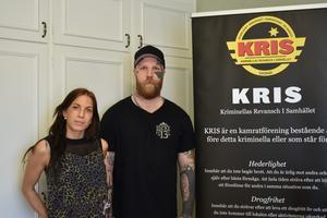 Linda Norling och Leif Eriksson från KRIS Norrtälje  letar efter en egen lokal att bedriva sin verksamhet i, men är glada över att kunna samarbeta med Grindstugan som drivs av kommunen.