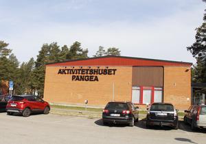 Allaktivitetshuset i Tallnäs bjuder besökarna på uppträdanden från föreningarna som är aktiva där.