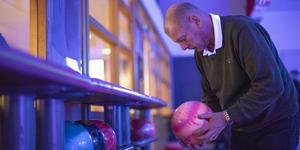 Ena stunden hjälper Göran Grape sina gäster att hitta rätt handstorlek och vikt på klotet nästa serverar han i baren.