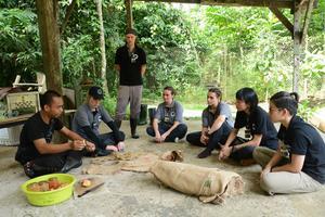 Volontärgänget och anställde Adrian (längst till vänster) på Borneo i augusti. Foto: Privat