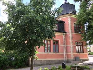 Mimer ska, enligt ett beslut av den styrande majoriteten i Västerås, inte äga fastigheter som inte är bostäder. Företrädare för oppositionen anser dock att Kvinnohuset ska vara kvar i Mimers ägo för att inte riskera verksamheten.