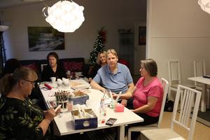 Verksamhetsledare Eva Sundqvist och Catarina Hindriks tillsammans med besökare Lars Mikkola och Agneta Niwong.