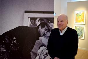 Curt Aspelin framför bilden av sin gamle vän.