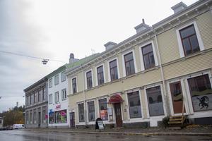 Me and McGee's ligger mitt emot Stadshotellet i Söderhamn.