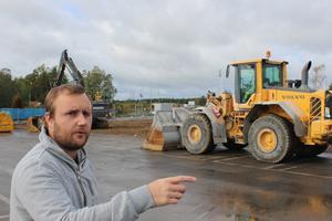 Hannes orienterar sig efter målade linjer i asfalten för att se var butiken legat.