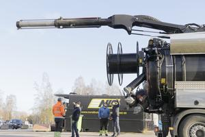 Nej det är ingen kanon. Det är en sugbom som gör att bilen kan nå sex våningar upp i luften.