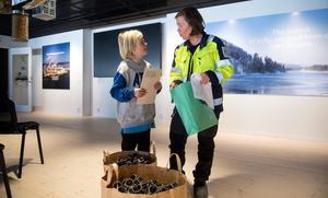 Catarina Ljungberg, miljöchef på Östrandsfabriken, berömmer Folke Vikström.