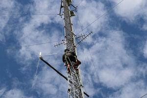 En fokuserad Björn på väg upp för den 86 meter höga masten.