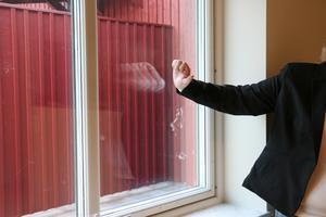 Skyddsglas på insidan av fönstret för att brukaren inte ska skada sig om den skulle slå på fönstret.