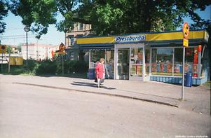 Pressbyråkiosk vid Centralstationen, 1998. Fotograf: Henning Jonsson (Bildkälla: Örebro stadsarkiv)