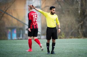 Omar Vali dömde division 4-matchen mellan Matfors och Söråker. En spelare i Söråker drog på sig två gula kort i slutet av matchen. Efter det pekade han finger åt domaren och drog sedan ned byxorna och visade rumpan i en märklig protest. Lagkamraten i Söråker med nummer 15 på ryggen hade ingenting med situationen att göra.