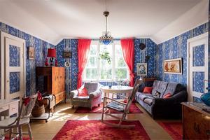 Vardagsrum med blåvita tapeter. Foto: Utsikten Foto