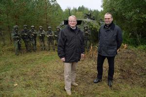 Försvarsministrarna Peter Hultqvist (S) och Jussi Niinistö (Blå (som är en utbrytare ur Sannfinländarna efter en infekterad ordförandestrid) i samband med försvarsmaktsövningen Aurora i höstas.Foto: Anders Wiklund/ TT