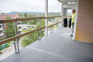 Arne Högmark visar runt och de tilltagna balkongerna ska glasas in.