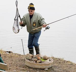 Muisto Kullervo Sällinen, tillsyningsman för de vatten som arrenderas av Södertälje amatörfiskeklubb, med en nyfångad regnbåge tagen på bottenmete. Eftersom det var hans andra regnbåge för dagen var det bara att packa ihop eftersom två ädelfiskar är gränsen för vad man får ta upp per dag.