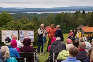 Algot intervjuar Kalle Wall och hans mor om Leksandsåsen. (foto Sven Gräfnings)
