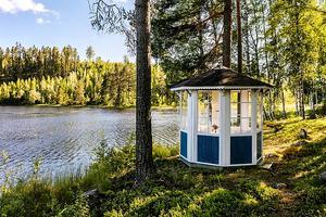 En idyllisk sjötomt med mysig stuga och klassisk lusthus i Falun. Foto: Therese Sätterlund