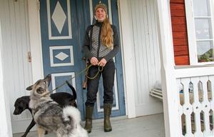 Ann Gräll bor med sin sambo Kristoffer Olsson, två hundar och tre katter i Valla i Färila. Kristoffer är en av de mentorer som är knutna till jaktlaget.