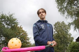 Emil Carlsson, 14 år, blev handplockad till att delta i två innebandyläger i Uppsala i juli månad. Det var bara speciellt inbjudna killar och tjejer som fick vara med. I framtiden vill Emil satsa på innebandy bli något stort.