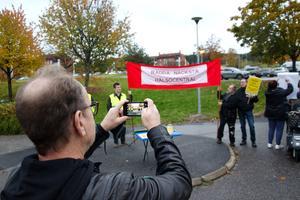 Peter Åhman tog en bild på protesterna och ska sedan lägga ut fotot på sociala medier.
